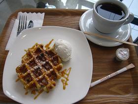 ミッションコーヒーのワッフルセット 550円